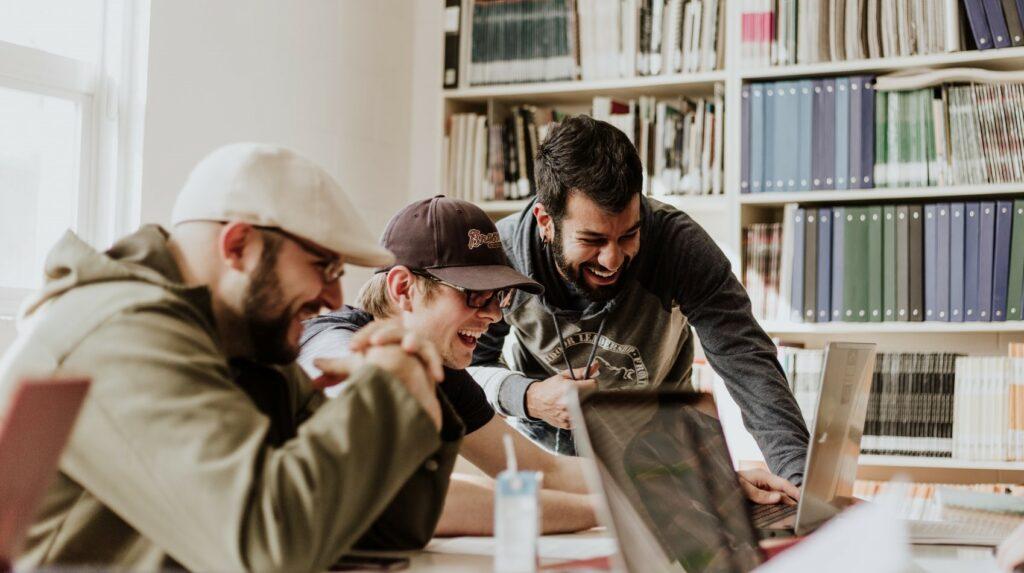 A nevetés és az elfogadó légkör csökkenti a stresszszintet és javítja a tanulás hatásfokát.